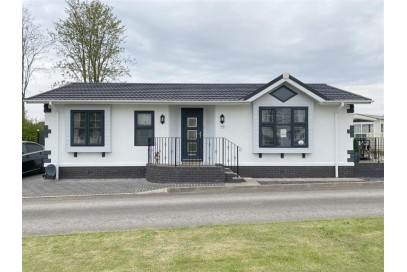 2015 Stately Albion Windsor 40x20 Park home sited on a 12 Month Holiday Plot